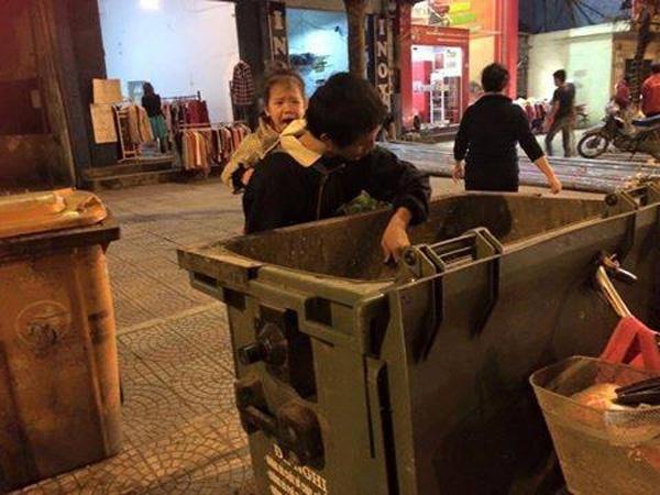 Hai bố con ngày nào cũng đi nhặt rác kiếm miếng ăn bất kể ngày đêm rất khổ sở.