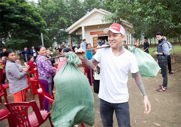Tuấn Hưng vừa kết thúc chuyến từ thiện tại Quảng Bình, anh manglợn rừng giống đến cho bà con vùng lũ giúp họ có kế sinh nhai. - Tin sao Viet - Tin tuc sao Viet - Scandal sao Viet - Tin tuc cua Sao - Tin cua Sao