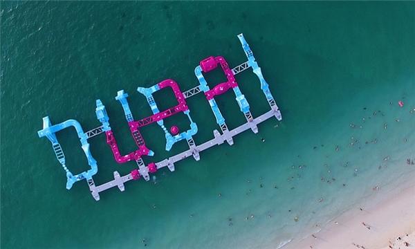 Nhìn từ trên xuống, bạn có thể dễ dàng nhận ra tổng thể công viên nổi này có hình chữ DUBAI in hoa.