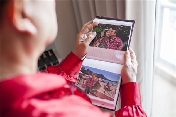 Một điều đặc biệt là ảnh của vợ nam danh hài - ca sĩ Phương Loan được trưng ở khắp phòng, từ bàn trang điểm, tivi, cho đến lịch treo tường. - Tin sao Viet - Tin tuc sao Viet - Scandal sao Viet - Tin tuc cua Sao - Tin cua Sao