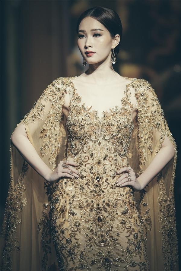 Thu Thảo xuất hiện lạnh lùng, quyến rũ trên sàn diễn với thiết kế màu vàng hoàng gia lộng lẫy, bắt mắt. Khác với vẻ ngoài ngọt ngào thường thấy, Hoa hậu Việt Nam 2012 lại trông lạnh lùng, sắc sảo vô cùng thú vị.