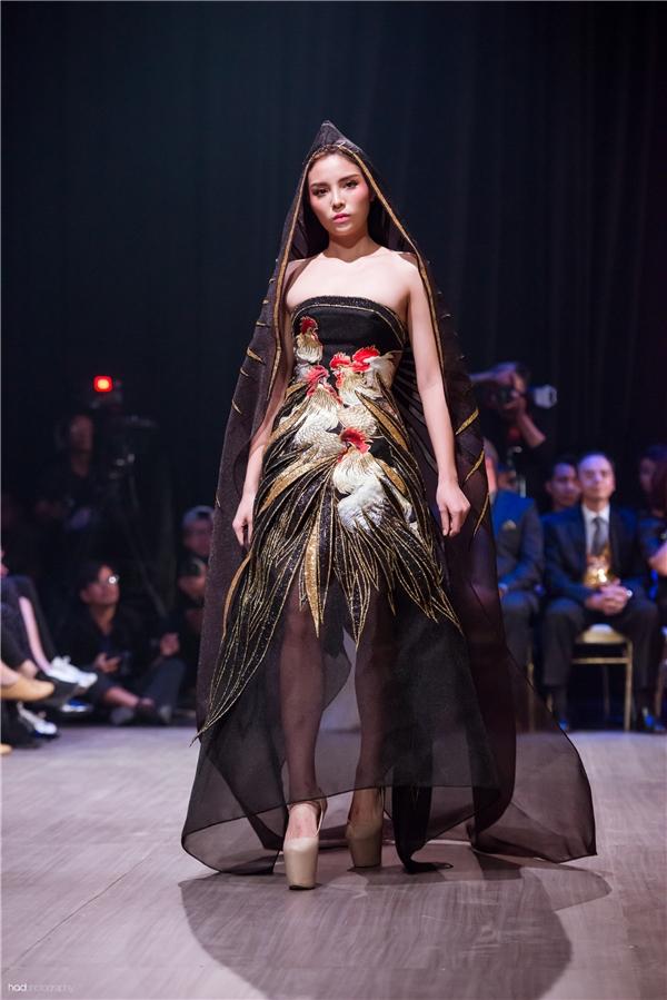 Gần đây nhất, tham gia show diễn của nhà thiết kế Võ Công Khanh, Hoa hậu Việt Nam 2014 đã trở thành một nét chấm phá thú vị bởi trang phục lẫn phong thái.