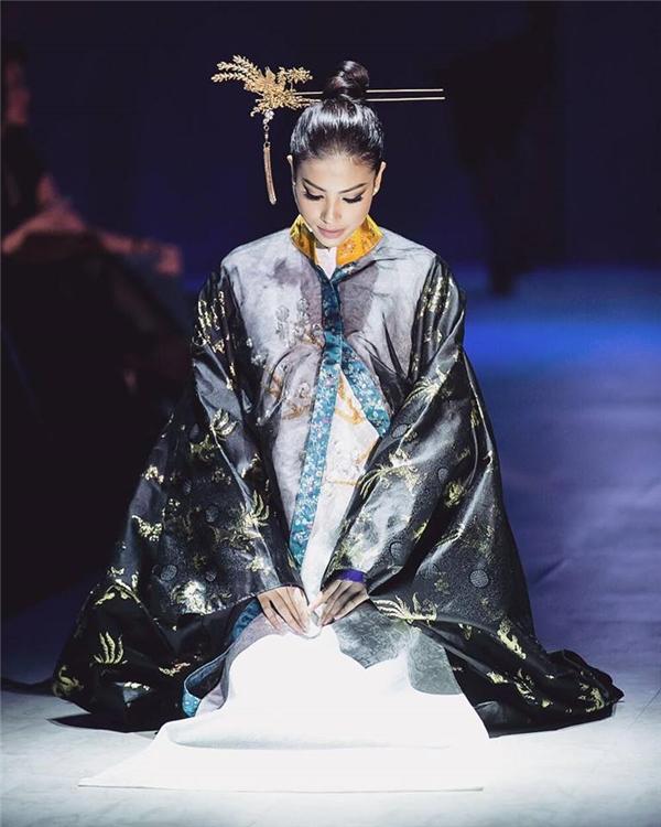 Không chỉ trình diễn catwalk, Phạm Hương còn tham gia biểu diễn một tiết mục tuồng cổ với NSND Ngọc Giàu.