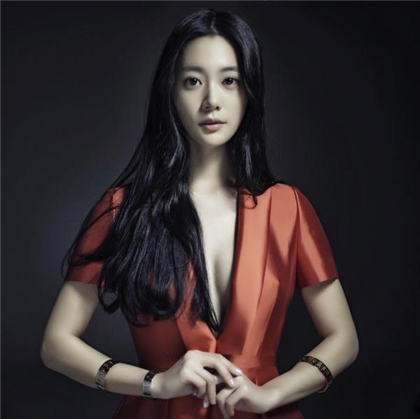 Sở hữu thân hình tràn đầy sức sống, phong cách thời trang gợi cảmClara Leeđược xem là biểu tượng gợi cảm mới của Hàn Quốc.
