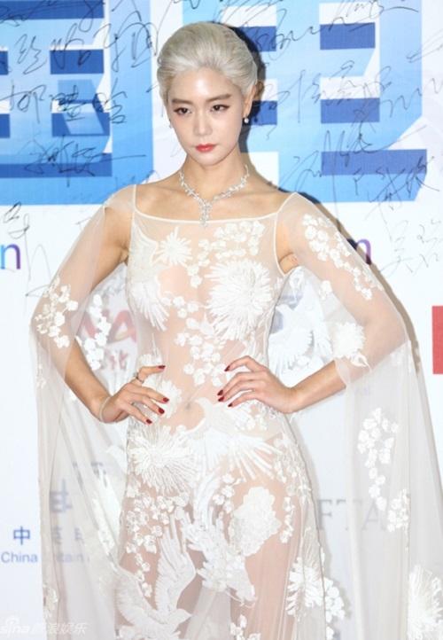 Bộ trang phục của Clara tại liên hoan phim Trung - Anh diễn ra tại Bắc Kinh bị nhiều người ví von là thảm họa váy trắng.