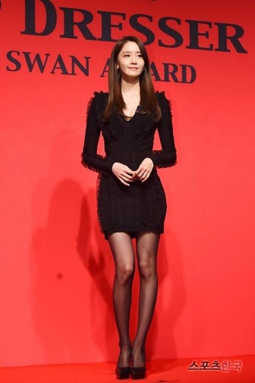 Trong sự kiện, Yoonamặc mẫu váy liền của thương hiệu Balmain, khoe đôi chân thon dài.