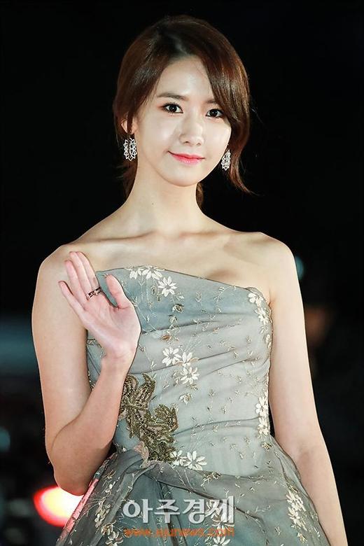 Tạp chí Dispatch bình chọn Yoonathuộc top 3 idol lộng lẫy nhất trên thảm đỏ 2016.