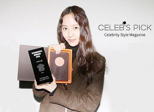 Krystal giữ vững phong độ của mình khi được bình chọn là Fashionista của năm.