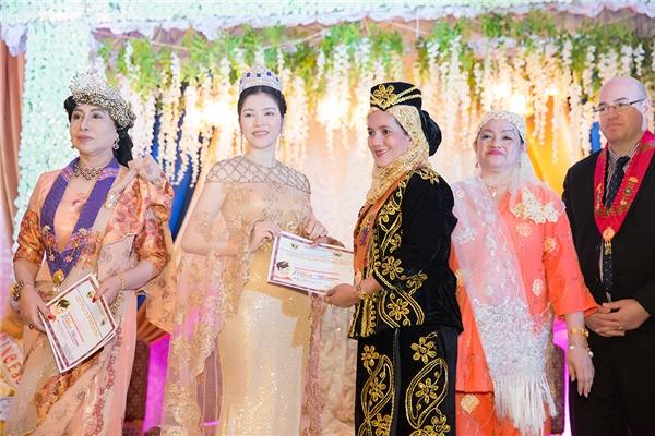 Lý Nhã Kỳ lộng lẫy trong lễ sắc phong công chúa
