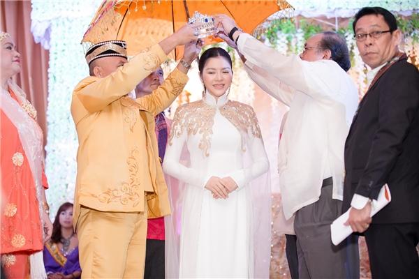 Đích thân Hoàng đế Sultan và ngài Thư ký Tổng thống Durtete đã trao vương miện cho Lý Nhã Kỳ. Toàn cảnh lễ sắc phong của Lý Nhã Kỳ là khởi đầu cho sự phục hồi nghi lễ sắc phong quan trọng của bộ tộc.