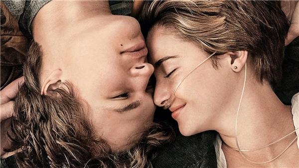 The fault in our stars kể về chuyện tình đầy cảm động của hai bệnh nhân ung thư là Hazel và Augustus.