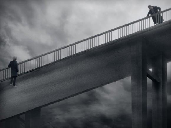 Theo bạn thì ai mới là người đang đứng trên cầu?
