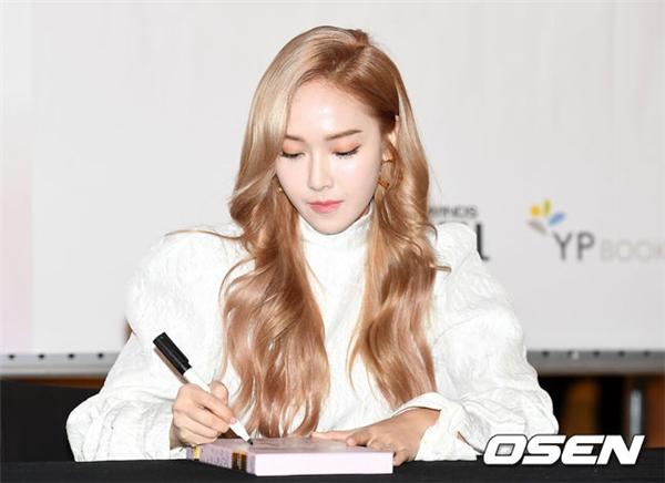Các fan cho rằng từ khi rời khỏi SNSD và công ty quản lí SM Entertainment, từ trang phục cho đến phong cách trang điểmcủa Jessica đềumất phong độ, thiếu thuyết phục và kém tinh tế hơn hẳn.