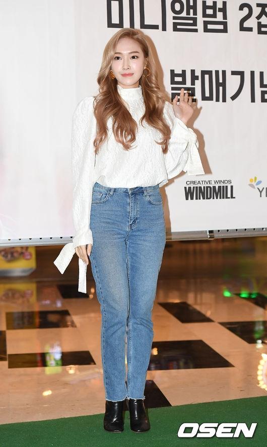 """Không những thế, fan cho rằng chiếc quần đã làm lộ rõ nhược điểm của Jessica. Vòng 3 và đôi chân của người đẹp trông như """"phình to"""" hơn thường ngày, không còn """"nuột nà"""" như những tháng ngày ở SME."""