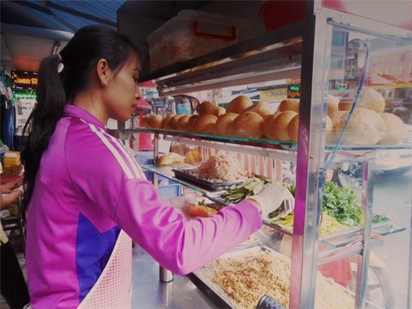 Ban đầu bánh mì chỉ có giá 4000 thôi, rất khó khăn để chị An và chị Hồng quyết định tăng lên 5000.