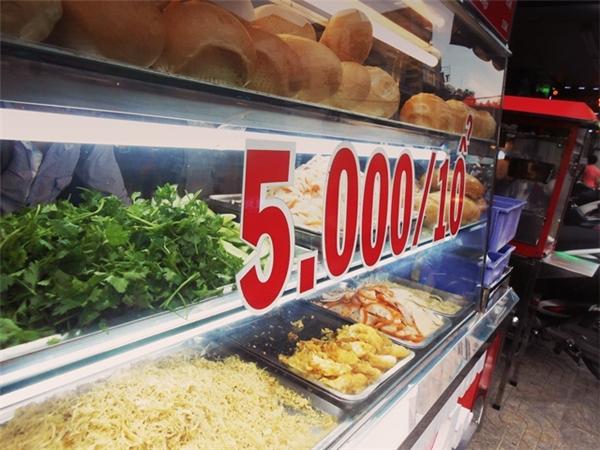 Bánh mì 5 ngàn là chút lòng san sẻ của người Sài Gòn.