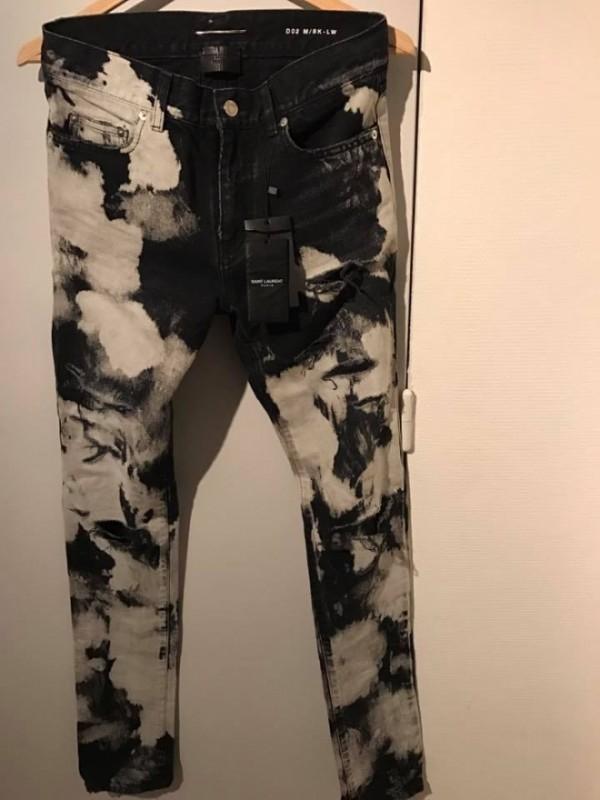 Chiếc quần loang lổ đến từ thương hiệu Saint Laurent.