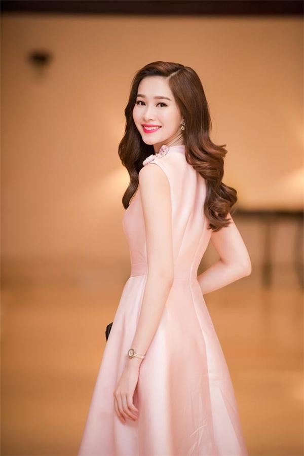 Với lớp nền trong, môi đỏ, hồng, cam nude luôn giúp Thu Thảo có được vẻ ngoài ngọt ngào và trẻ hơn tuổi thật.