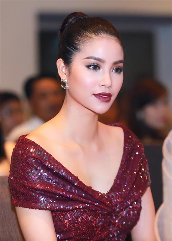 """Hoa hậu Hoàn vũ Việt Nam với vẻ ngoài hòa quyện giữa nét Á đông cùng sự cuốn hút của phụ phương Tây giúp cô có thể """"cân"""" được mọi phong cách làm đẹp. Gương mặt với những đường nét góc cạnh nhưng vẫn mềm mại luôn dễ dàng thu hút ánh nhìn của người đối diện ngay lần đầu tiên."""