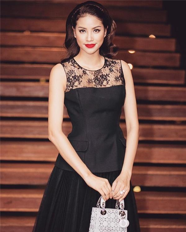 Phong cách trang điểm sắc sảo, ấn tượng, quyến rũ đúng chất của Hoa hậu Hoàn vũ hòa hợp tuyệt đối với gương mặt của Phạm Hương. Trong đó, phần mắt luôn cuốn hút với độ sâu đặc trưng.