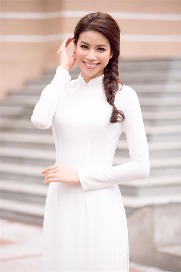Với cách trang điểm nền trong suốt, Hoa hậu Hoàn vũ Việt Nam 2015 lại trông như một thiên thần với những đường nét ngọt ngào, thanh tú.