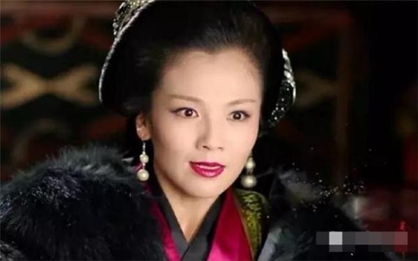 Vốn là một phụ nữ ôn nhu trầm ổn nhưng vì tranh giành sủng ái, Mị Xu trở nên vô cùng tàn độc, nhẫn tâm tìm mọi cách đẩy em gái mình vào chỗ chết.