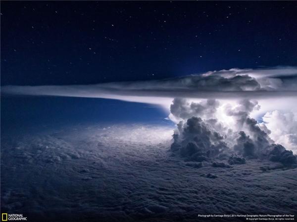 Một đám mây vũ tích ùn lên phía trên bầu trời Thái Bình Dương, chuẩn bị mang theo một cơn giông, khiến máy bay phải bay vòng qua nó để tiếp tục hành trình đến Nam Mỹ. (Ảnh: Santiago Borja)