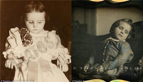 Ảnh bé gái này được chụp không lâu sau khi cô trút hơi thở cuối cùng ở Iowa (trái), còn cậu bé bên phải cứ như đang ngủ gật.