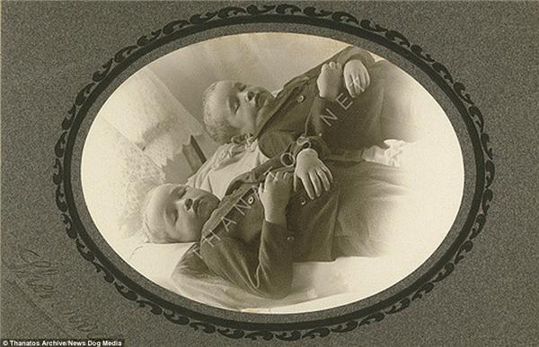 Hai anh em sinh đôi này được ghi lại khoảnh khắc cuối cùng với nhau tại St Charles, Michigan vào năm 1900.