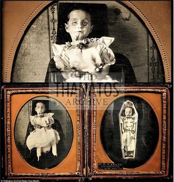 Một trong những hình ảnh khủng khiếp nhất trong bộ sưu tập là ba bức ảnh chụp một cô gái nhỏ với đôi mắt mở to, ngồi trên một chiếc ghế và rồi nằm trong quan tài.