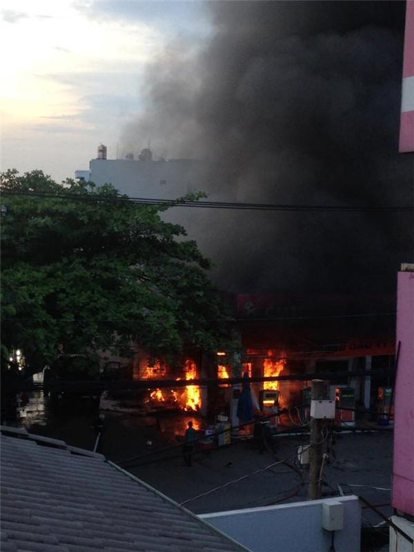 Đám cháy bốc lên ngùn ngụt tại cây xăng trên đường Quang Trung. (Ảnh: Facebook)