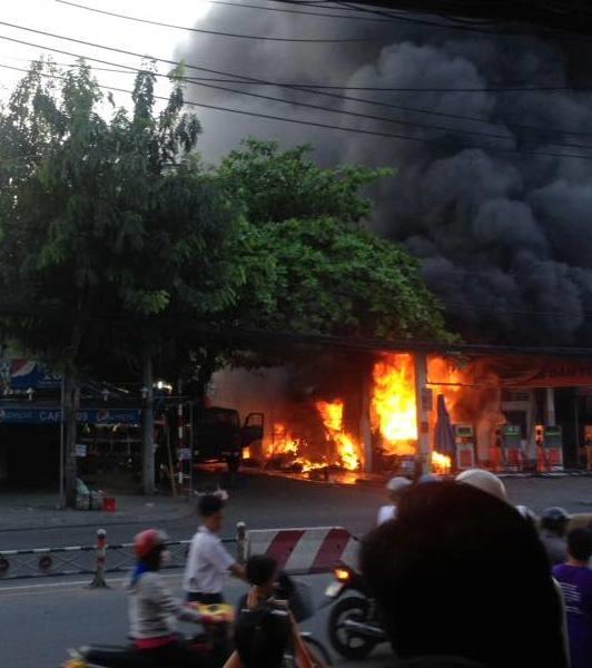 Đám cháy quá lớn kèm tiếng nổ khiến người dân vô cùng hoảng sợ. (Ảnh: Facebook)