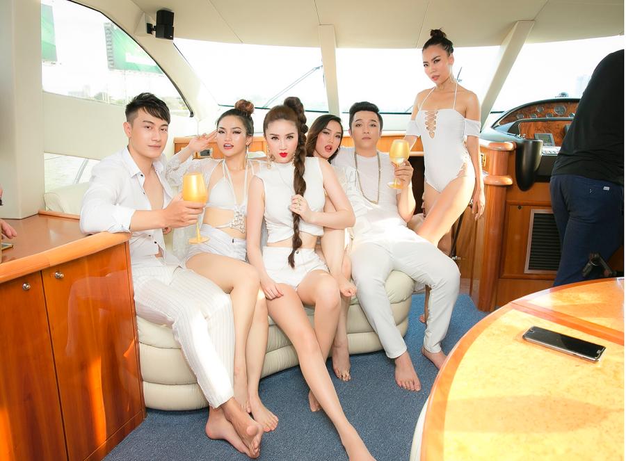 Đặc biệt, cảnh quay trên du thuyền 5 sao đắt đỏ nhất Việt Nam là cảnh quay mà Bảo Thy thích nhất vì sự sang trọng và tinh tế, vô cùng phù hợp với tinh thần cô gái tiệc tùng trong Lollipop. - Tin sao Viet - Tin tuc sao Viet - Scandal sao Viet - Tin tuc cua Sao - Tin cua Sao