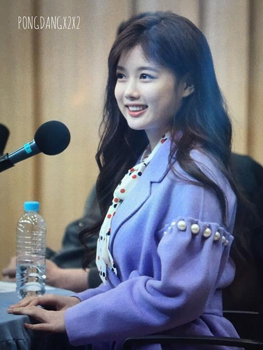 Trong suốt chương trình, bất chấp bị đau cô nàng vẫn luôn cười tươi khiến fan