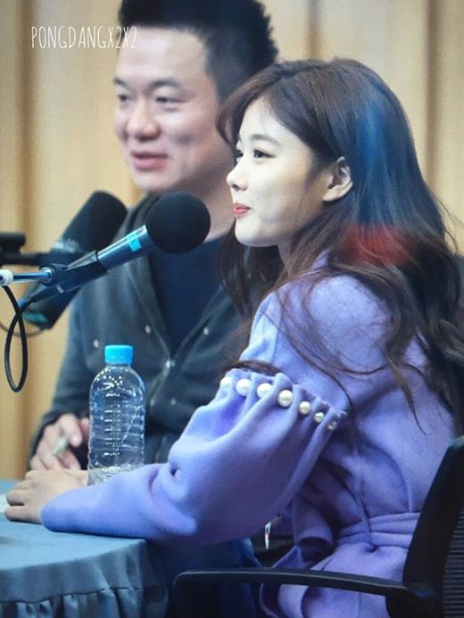 Các fan bình luận trên Paan rằng trông cô nàng như em bé đang ngậm kẹo vậy. Có lẽtrong mắt fan Kim Yoo Jung vẫn chưa
