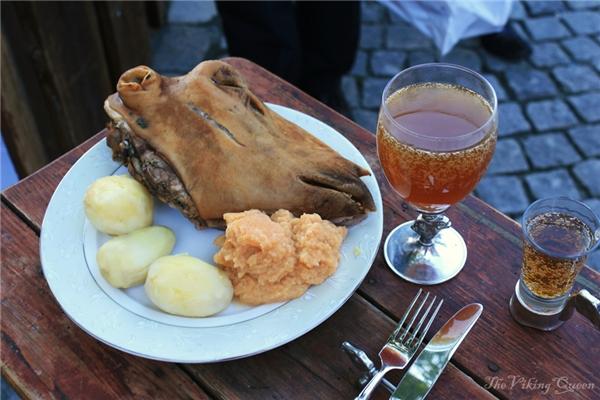 Người Nauy lại sử dụng một cái đầu cừu hẳn hoi để chế biến cho món ăn dịp Giáng sinh.