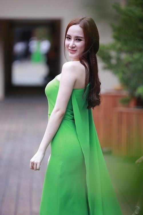 Trong các mỹ nhân Việt, Thanh Hằng, Minh Hằng hay Angela Phương Trinh cũng từng xuất hiện với trang phục có tông xanh mạ nhưng không mấy thành công.