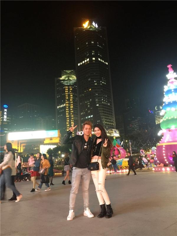 Không chỉ tình cảm, hai vợ chồng nam ca sĩ còn vô cùng phong cách trong tiết trời se lạnh ở Trung Quốc. - Tin sao Viet - Tin tuc sao Viet - Scandal sao Viet - Tin tuc cua Sao - Tin cua Sao