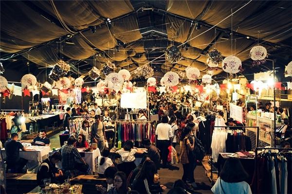 Các hội chợ diễn ra vào cuối tuần từ lâu đã trở thành địa điểm hẹn hò mua sắm quen thuộc.