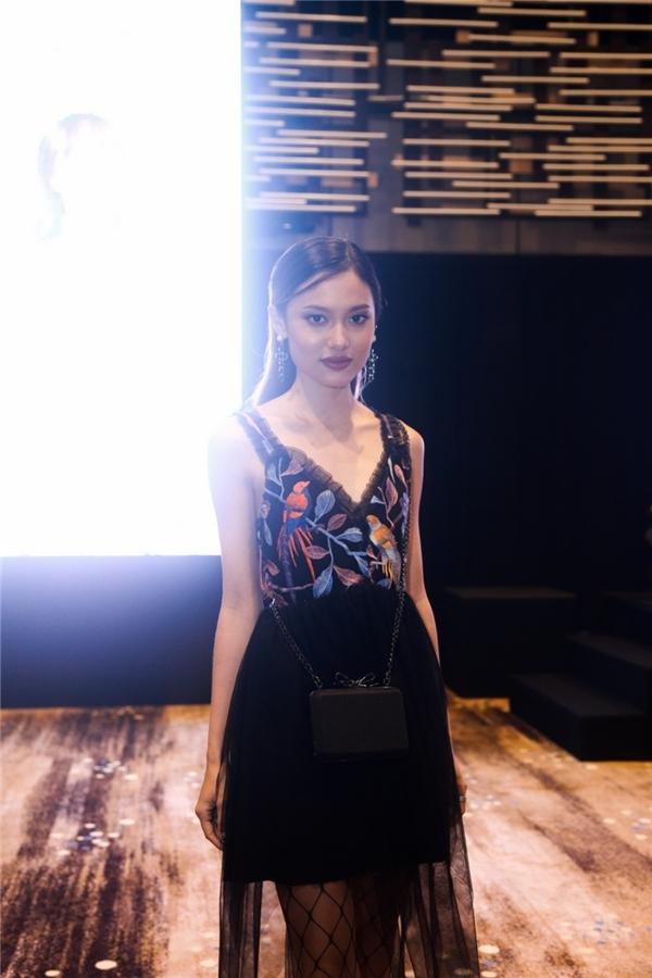 Hot girl bolero Jang Mi tình tứ bên trai đẹp quân nhân