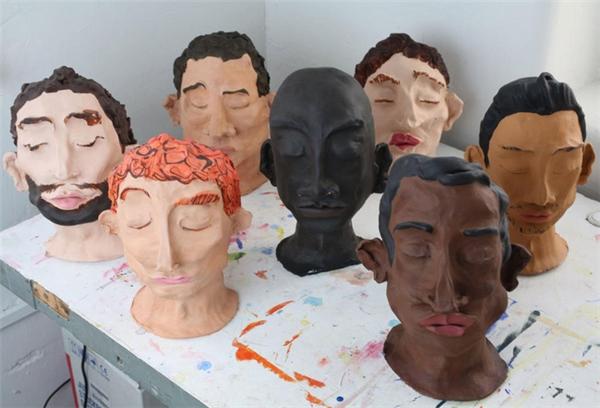 """Bảy """"anh bạn trai"""" của Mary đều có những màu tóc và màu da khác nhau, tuy họ đều có điểm chung là không mở mắt."""