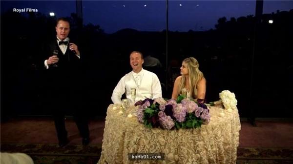 Cô dâu chú rể vui vẻ trong đám cưới của mình.