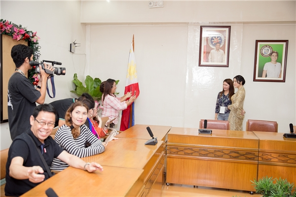 Xuất hiện tại Toà thị chính được đặt tại trung tâm thành phố Davao, Lý Nhã Kỳ lập tức gây xôn xao khi tất cả nhân viên đều kéo đến để được gặp mặt công chúa và xin chụp hình kỷ niệm. Nhân viên Toà thị chính liên tục gọi tên Princess Lý Nhã Kỳ đầy trân trọng.
