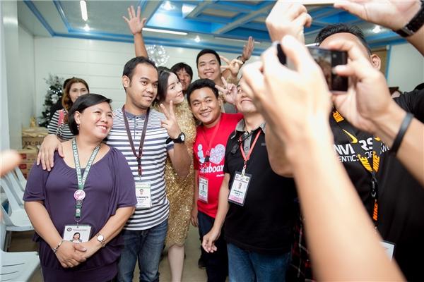 """Buổi tối, khi trở lại Toà thị chính Davao để ngắm công trình trang trí chuẩn bị đón Noel, Lý Nhã Kỳ thực sự gây """"náo loạn"""" khi hàng trăm người dân đã nhận ra và vây lấy cô xin chụp hình liên tục."""