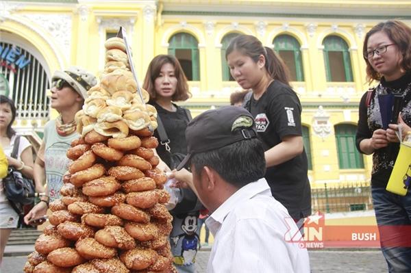 Soái ca bánh cam: chào hàng 4 thứ tiếng và đẹp trai như... Thái Hoà!