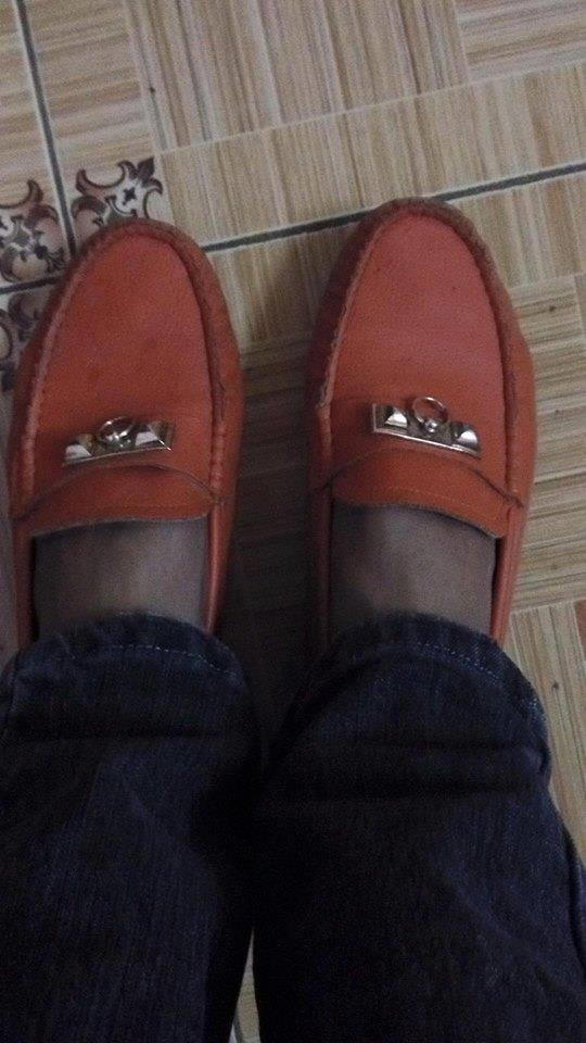 """Thế nhưng tất cả dường như đều chưa đủ độ """"hot"""" bằng đôi giày đỏ này.(Ảnh: Internet)"""