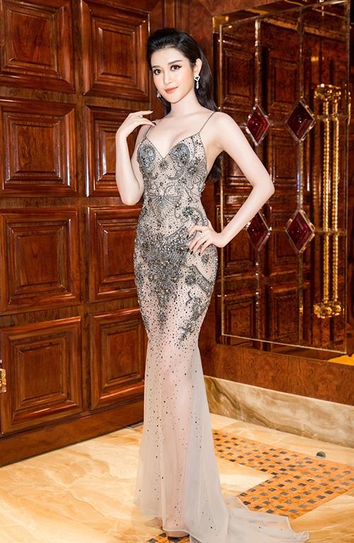 Tham gia một đêm tiệc vào tối qua, Huyền My trở thành tâm điểm của mọi sự chú ý khi diện chiếc váy xuyên thấu mỏng tang màu xám bạc trẻ trung, hợp xu hướng trong mùa Thu - Đông. Thiết kế được tạo điểm nhấn bằng loạt chi tiết đính kết kì công tạo họa tiết che đi những vùng nhạy cảm. Bộ trang phục giúp Á hậu Việt Nam 2014 phô diễn được tối đa lợi thế về hình thể.