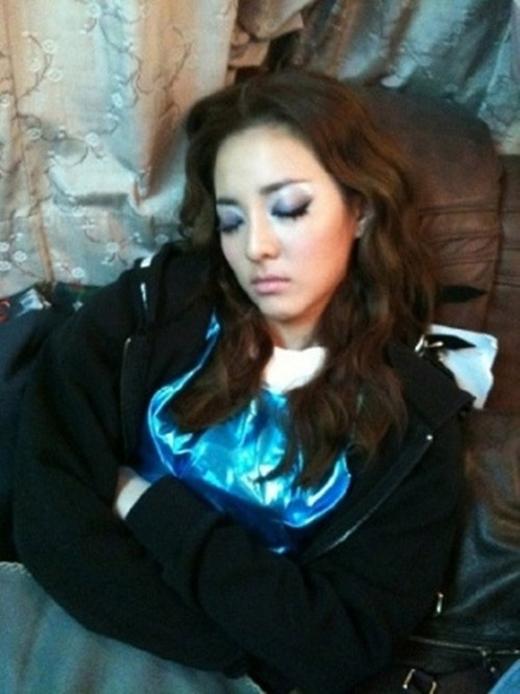 Cô gái không tuổi Dara tận dụng bất kỳ thời gian rảnh rỗi nào để ngủ.