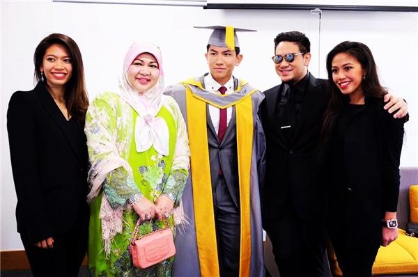 Mateenchụp hình cùng gia đình trong ngày lễ tốt nghiệp.(Ảnh: Internet)