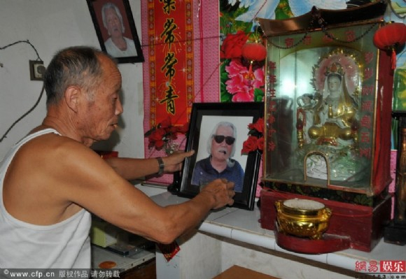Hai anh trai không được chôn cất hay thăm viếng mộ cha mà chỉ có thể giữ hình ảnh làm kỉ niệm.